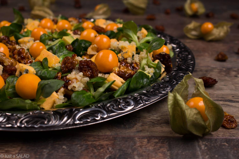 Sałatka z miechunką, komosą ryżową, roszponką, serem z niebieską pleśnią oraz karmelizowanymi orzechami włoskimi.