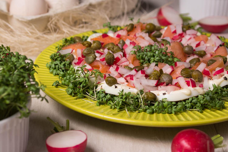 Sałatka z rzeżuchą, jajkami, łososiem wędzonym, kaparami i rzodkiewką.