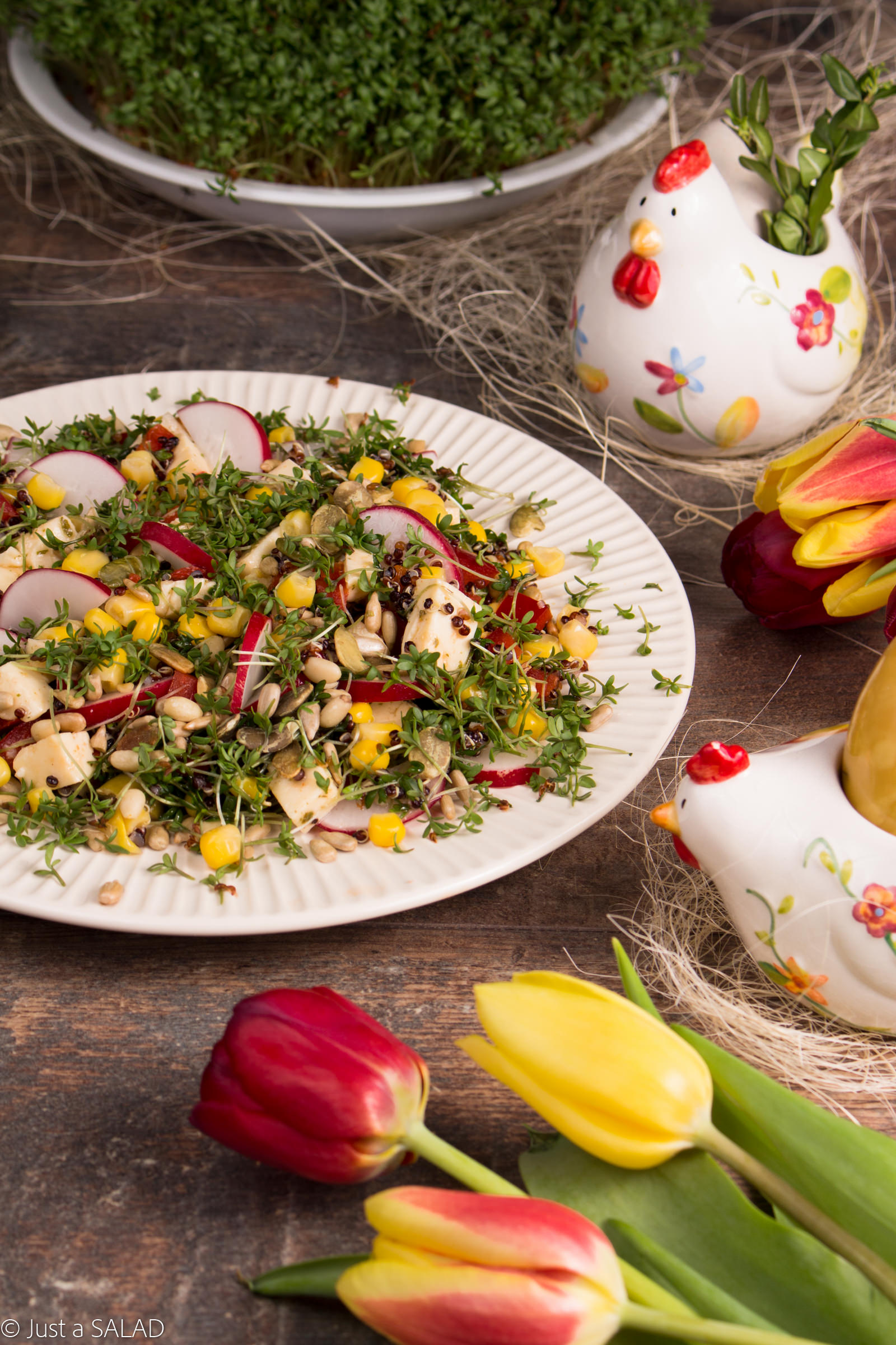 Sałatka z komosą ryżową, rzeżuchą, rzodkiewką, kukurydzą, papryką, pestkami słonecznika i serem korycińskim.