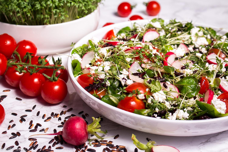 Sałatka z czarnym ryżem, roszponką, rzeżuchą, rzodkiewkami, pomidorami i białym serem.