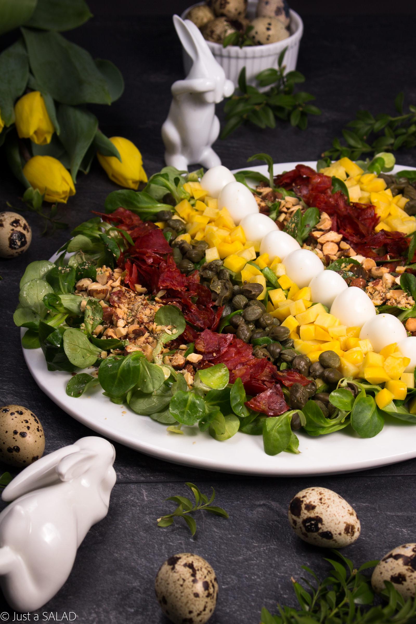 Sałatka z chorizo, jajeczkami przepiórczymi, patisonami, kaparami i migdałami.