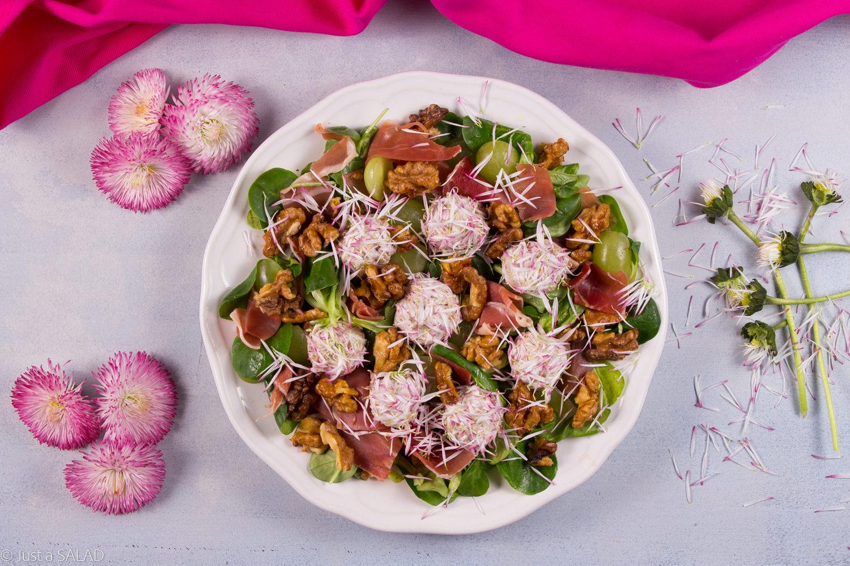 Sałatka z szynką dojrzewającą, orzechami włoskimi, winogronami i stokrotkowymi kulami z koziego sera.