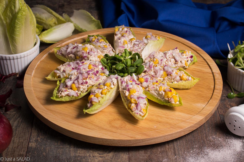 Tuńczyk z serem białym, kukurydzą, czerwoną cebulą podany na cykorii z kiełkami słonecznika.
