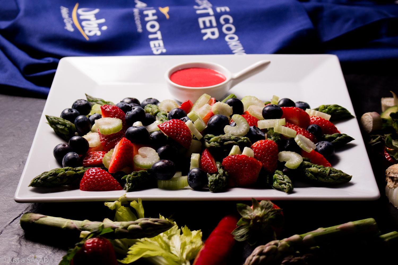Sałatka ze szparagami, selerem naciowym, borówkami, truskawkami i owocowym dressingiem.