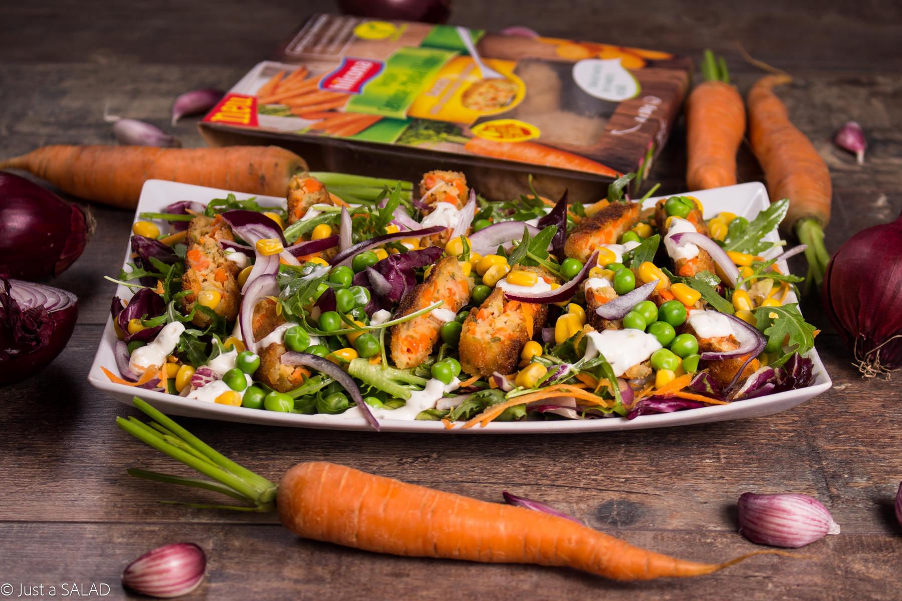 Sałatka z kotlecikami Veggie, marchewką, groszkiem, kukurydzą, czerwoną cebulą.