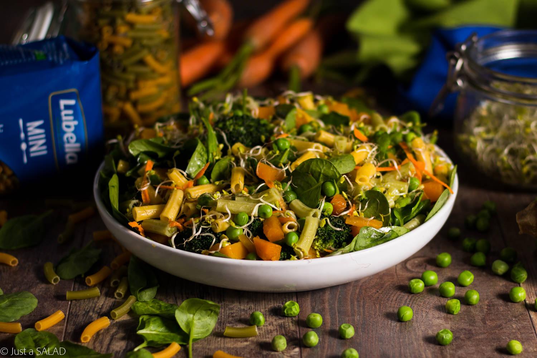 Sałatka z makaronem i 5 warzywami.