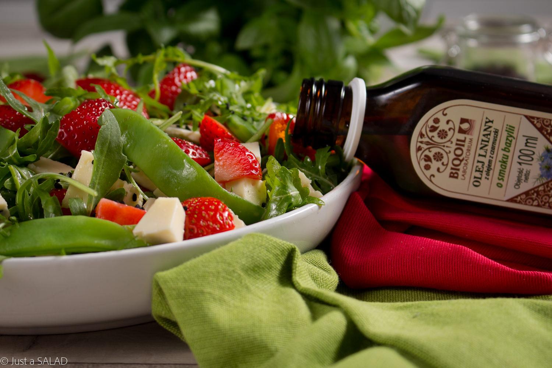 Sałatka z rukolą, fasolą mamut, truskawkami, serem korycińskim, czarnuszką oraz olejem BIOOIL.