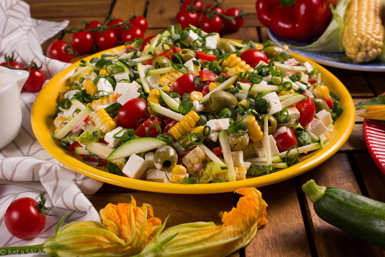 BAŁKAŃSKA PRZYGODA. Sałatka z serem typu bałkańskiego, cukinią, papryką, pomidorkami, kukurydzą i szczypiorkiem.