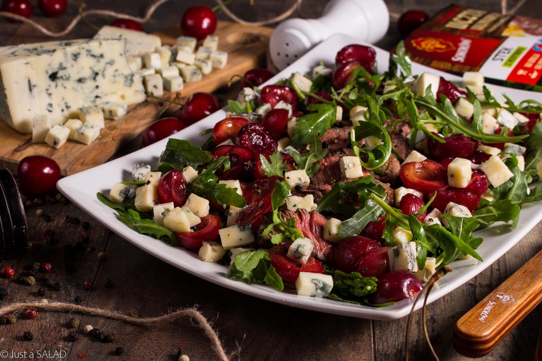 Sałatka ze stekiem z rostbefu Uczta Qulinarna, szparagami, czereśniami balsamico oraz serem z niebieską pleśnią.