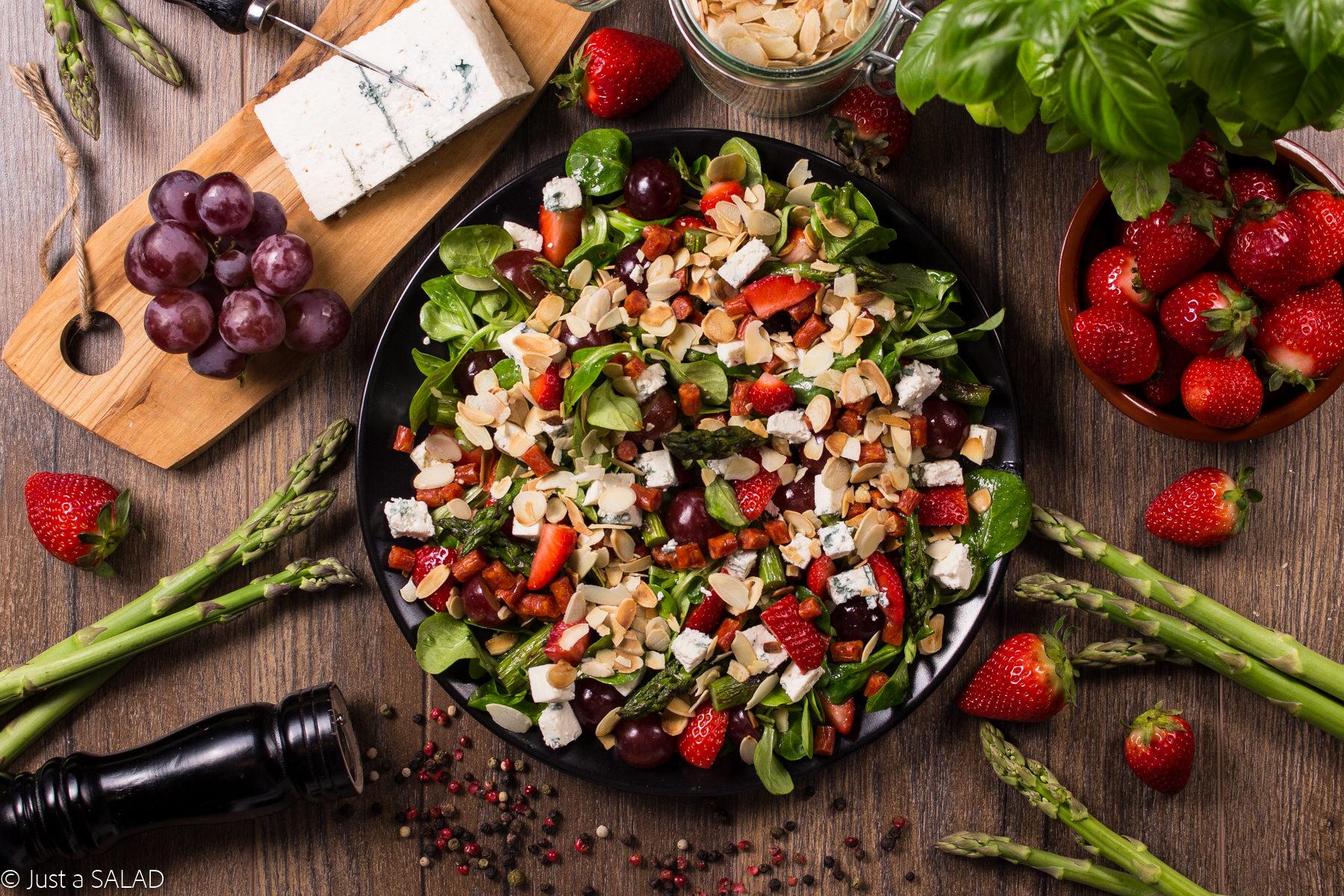 LETNI EPIZOD. Sałatka z truskawkami, winogronami, kabanosami, serem z niebieską pleśnią, szparagami, płatkami migdałowymi.