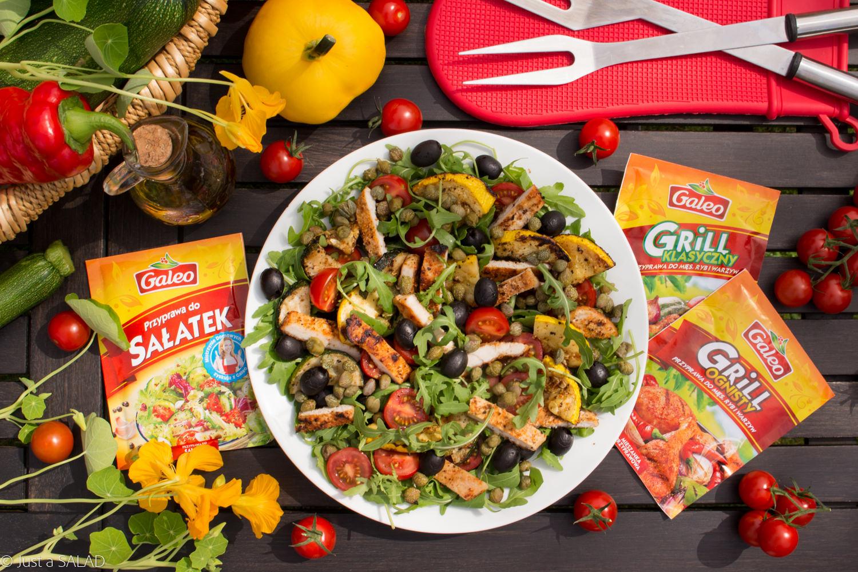 OGNISTY INDYK Z WARZYWAMI. Sałatka z grillowanym indykiem, cukinią i patisonem oraz rukolą, pomidorami, kaparami i czarnymi oliwkami.