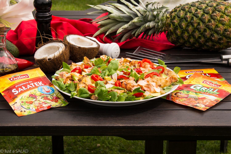 KLASYCZNA RYBKA Z ANANSEM. Sałatka z grillowanym łososiem i ananasem oraz roszponką, awokado, papryką i płatkami kokosa.