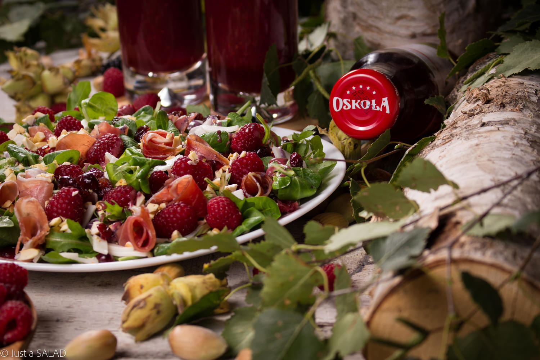 DARY LASU. Sałatka z szynką dojrzewającą, kozim serem, malinami, orzechami laskowymi i jagodowym sosem podana z koktajlem z soku z brzozy z sokiem z dzikiej róży OSKOŁA.