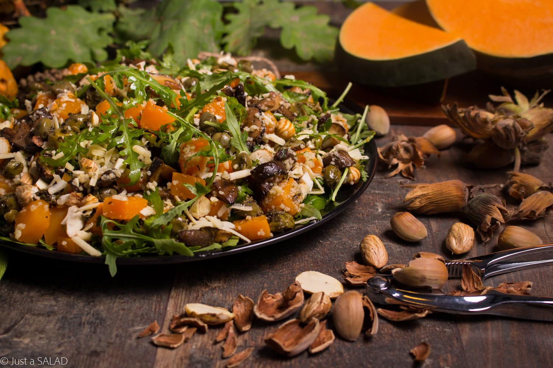 Jesienni idOLE! Sałatka z kaparami w oleju, grzybami leśnymi, dynią, cheddarem, orzechami laskowymi i rukolą.
