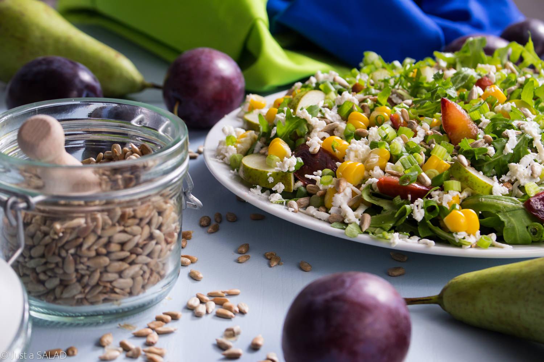 NIEBO W GĘBIE. Sałatka z rukolą, śliwkami, gruszkami, kukurydzą, serem typu feta oraz pestkami słonecznika.