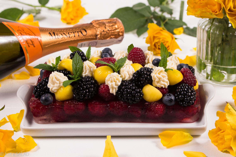 RÓŻANE BĄBELKI. Sałatka owocowa z galaretką różaną z prosecco i kremem z mascarpone.