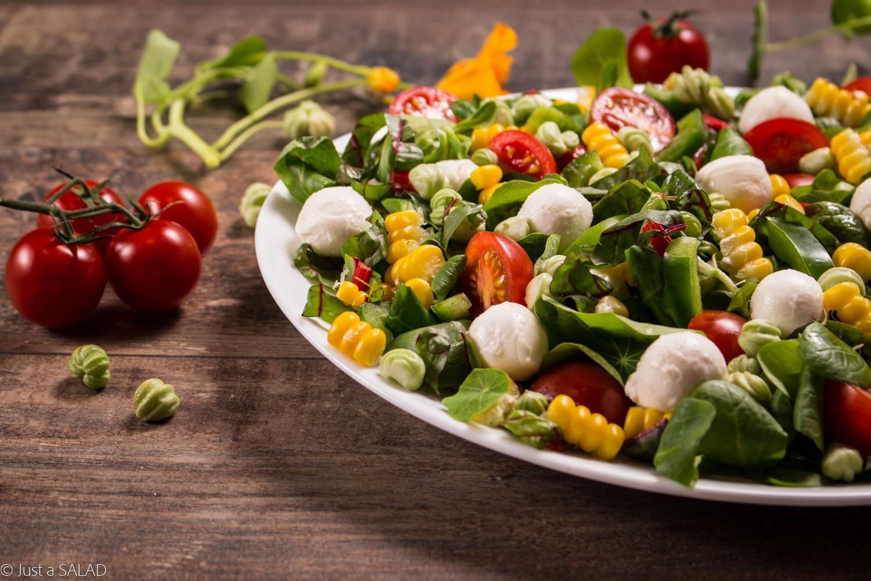 NUTKA PIKANTERII. Sałatka z papryką, kukurydzą, pomidorkami, mozzarellą i owocami nasturcji z ziołowym dressingiem.