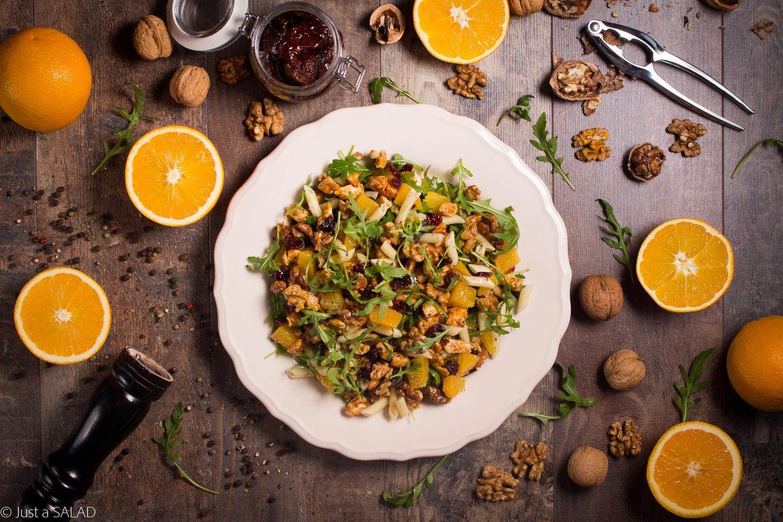 INDYK W POMARAŃCZACH. Sałatka z rukolą, smażonym indykiem, pomarańczami, żurawiną i makronem w pomidorowym pesto.