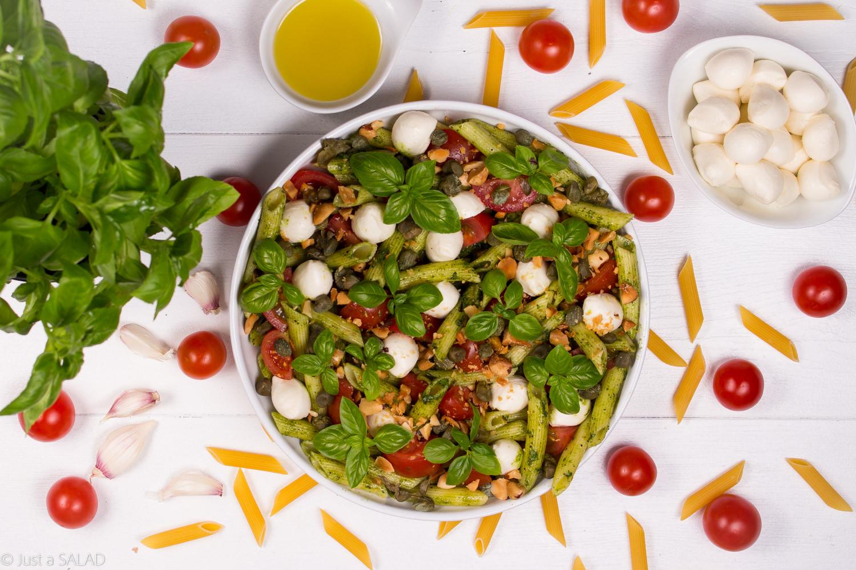 ITALIA Z BRAZYLIJSKĄ NUTĄ. Sałatka z makaronem, bazyliowym pesto, mozzarellą, pomidorkami, kaparami i orzechami brazylijskimi.