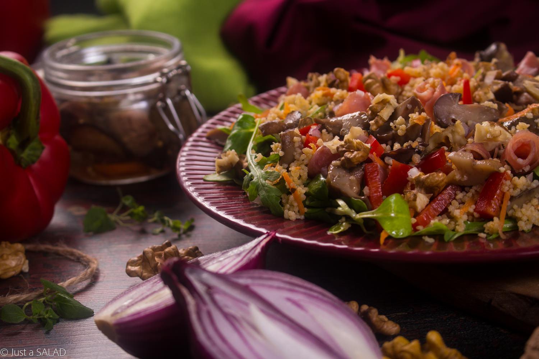 KINDZIUK W MAŚLAKACH. Sałatka z kindziukiem, marynowanymi maślakami, rukolą, roszponką, marchewką, czerwoną cebulą, papryką i orzechami włoskimi.