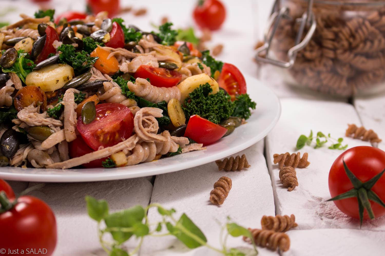 SMAKI DOBREGO ŻYCIA. Sałatka z Kruchą Wieprzowiną, jarmużem, makaronem, pietruszką, marchewką, pomidorami i pestkami dyni.
