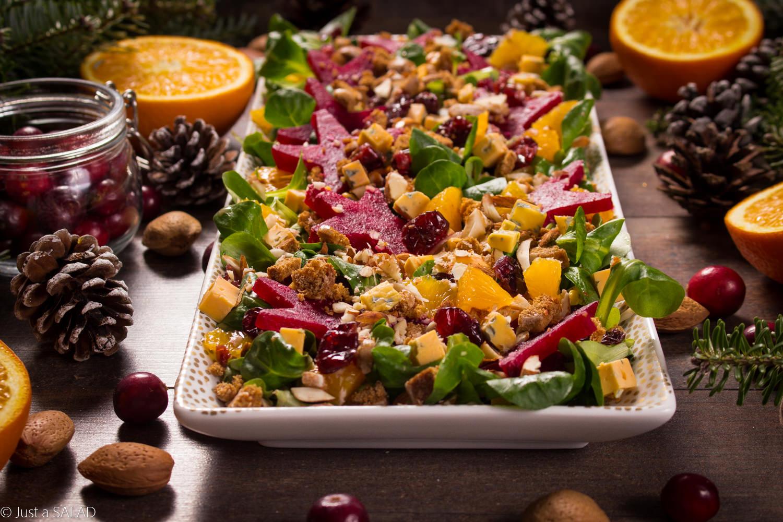 CO MA PIERNIK DO BURAKA? Przepyszna świąteczna sałatka z buraczkami, pierniczkami, pomarańczami, żurawiną, serem z niebieską pleśnią, migdałami i roszponką skąpana w dressingu z dodatkiem chili i cynamonu.
