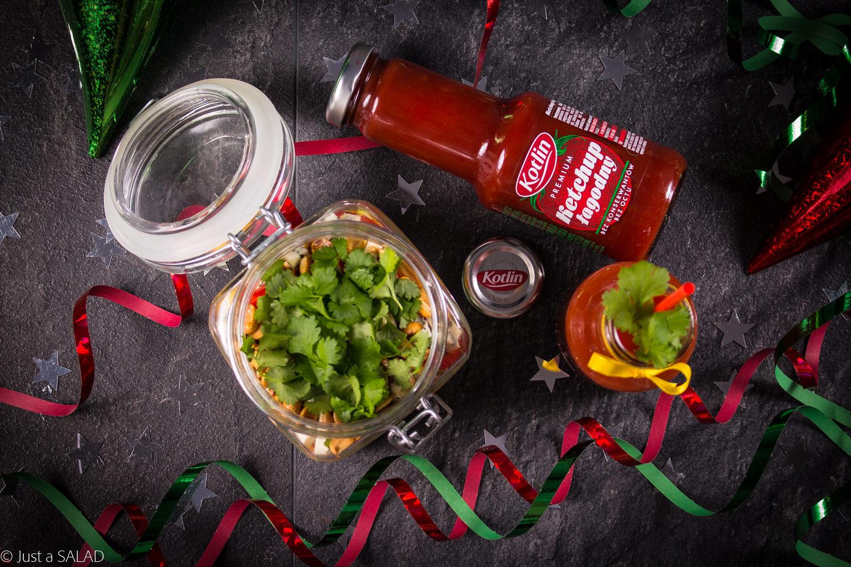 IMPREZA BEZ OGRANICZEŃ. Sałatka z sałatą rzymską, kurczakiem curry, ketchupem, mango, papryką, fistaszkami, serem z niebieską pleśnią i kolendrą podana z Krwawą Marry.