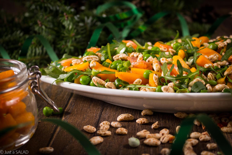 MARCHEWKA Z GROSZKIEM. Sałatka z łososiem wędzonym, marchewką, groszkiem, mango, rukolą i posypką Soligrano l'Apetite.