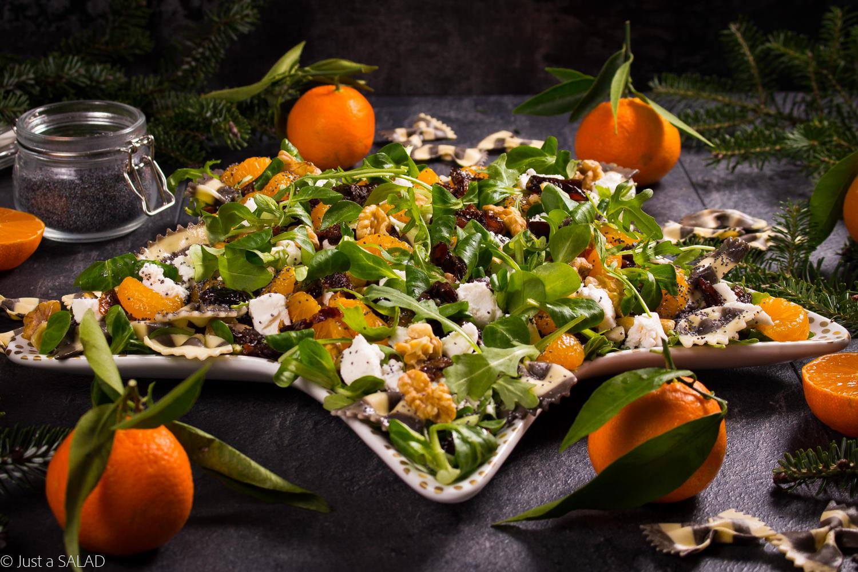 MANDARYNKOWE KOKARDKI. Sałatka z rukolą, mandarynkami, makaronem, kozim serem, suszonymi śliwkami i makiem.