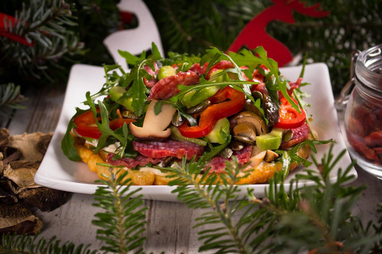 MIĘSNY GRZYBEK. Sałatka z rukolą, chipsami z salami, papryką, awokado, jagodami goji, marynowanymi grzybkami i pestkami dyni podana na placuszku z suszonymi grzybami i majonezową pierzynką.