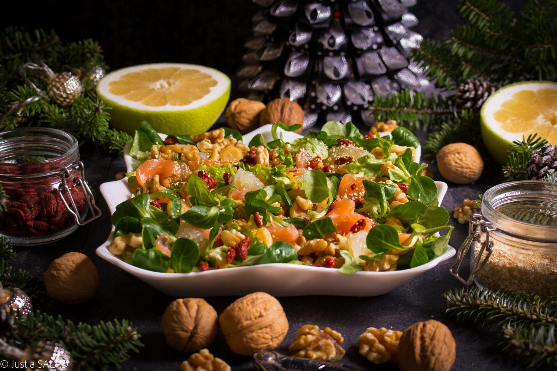 URWANI Z CHOINKI. Sałatka z łososiem wędzonym, sweety, owocami goji, orzechami włoskimi, pietruszką z chili oraz płatkami amarantusa i quinoi.