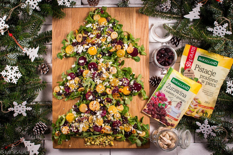 BAKALIOWA CHOINKA. Świąteczna sałatka z rukolą, burakiem, pietruszką, kaki, serem z niebieską pleśnią, żurawiną i pistacjami.