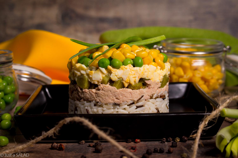 SMAKI DZIECIŃSTWA. Sałatka z ryżem, tuńczykiem, kukurydzą, groszkiem zielonym, ogórkami konserwowymi, szczypiorkiem i majonezem.
