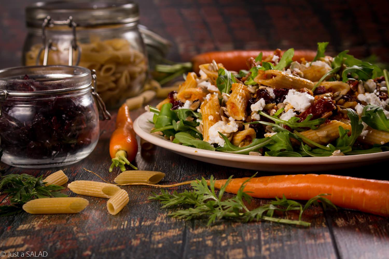 MARCHEWKOWE RURUKI. Sałatka z makaronem, marchewką, rukolą, suszonymi pomidorami, kozim serem, żurawiną i pestkami słonecznika.