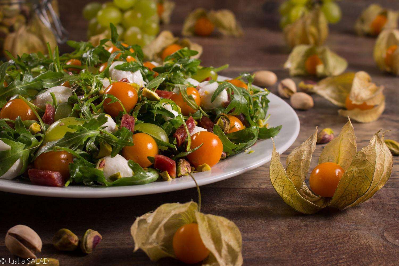 Sałatka z miechunką, winogronami i pistacjami.