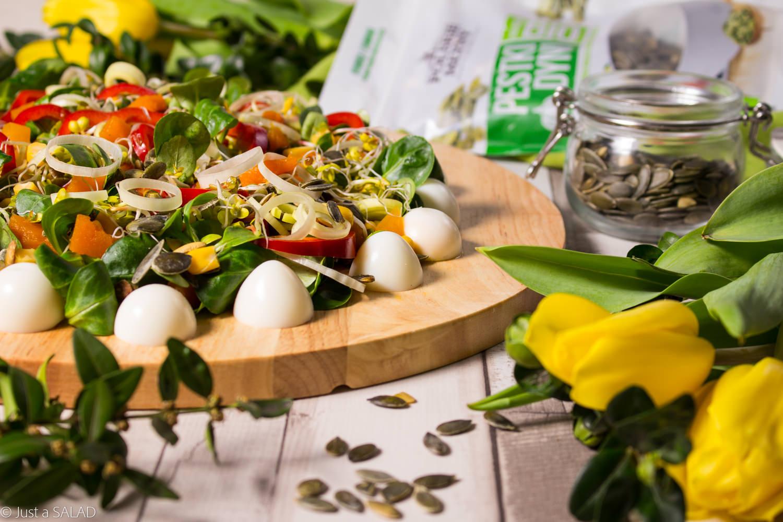 DYNIOWA PISANKA. Wielkanocna sałatka z jajeczkami przepiórczymi, papryką, kukurydzą, kiełkami rzodkiewki, oraz marynowaną dynią i pestkami dyni