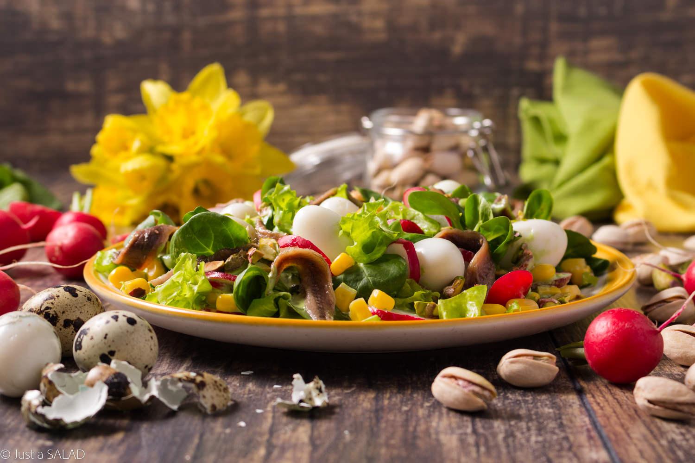 PISTACJOWA WIOSNA. Rewelacyjne sałatka z pistacjami, jajeczkami przepiórczymi, anchois, rzodkiewkami kukurydzą i sosem z liści rzodkiewki.