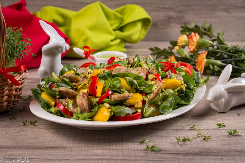 Wielkanocna sałatka z białą kiełbasą Naturrino, papryką, mango, pistacjami i sosem z rzeżuchy.