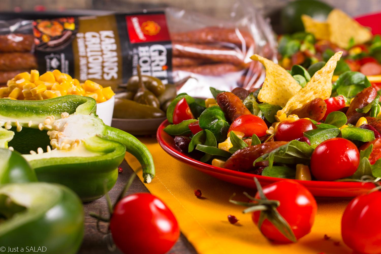 ALE MEKSYK! Wyśmienita sałatka z Kabanosami Grillowymi o smaku jalapeno, kukurydzą, czerwoną fasolą, pomidorami, sosem z awokado i nachosami.