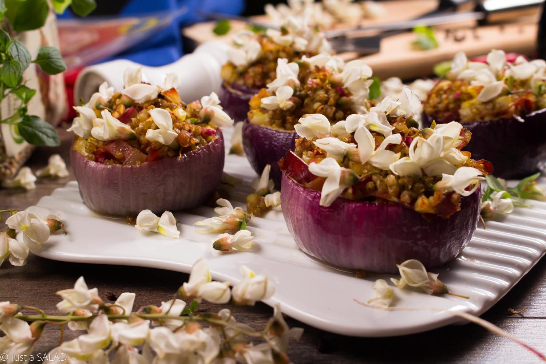 GRILLOWE ZERO WASTE. Grillowana sałatka w czerwonej cebuli z kaszą gryczaną, rzodkiewkami, szynką Serrano i halloumi.