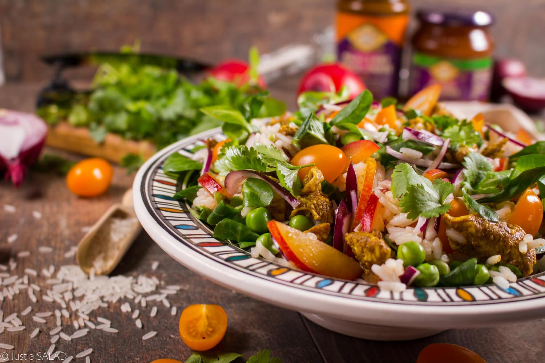 INDIE OD KUCHNI. Inspirowana kuchnią indyjską sałatka z ryżem, kurczakiem, groszkiem, śliwkami, pomidorkami, czerwoną cebulą, roszponką i kolendrą z mango chutney oraz pasta curry.