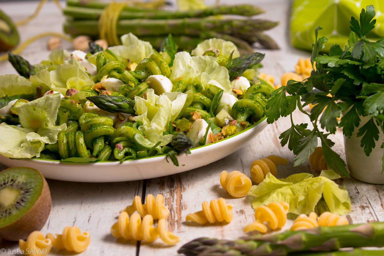 Bratki w zieleni. Wiosenna sałatka makaronem z pietruszkowym pesto, szparagami, mozzarellą, pistacjami, kiwi i bratkami.