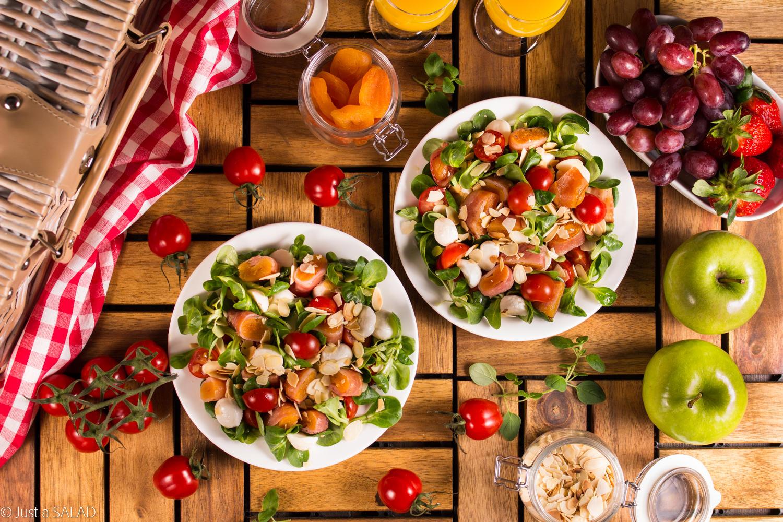 Piknikowa nawijka. Sałatka z morelami nawiniętymi na boczek, roszponką, pomidorkami, mozzarellą i płatkami migdałowymi.