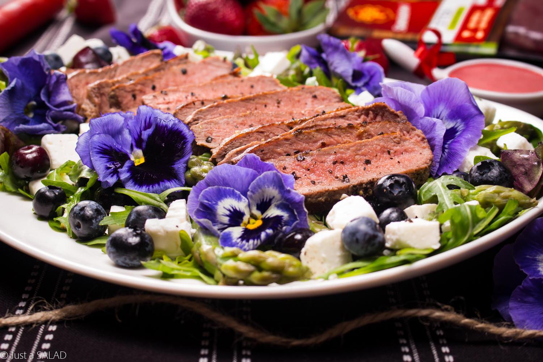 UCZTA W OGRODZIE. Sałatka ze stekiem z rostbefu, szparagami, borówkami, serem feta i bratkami.
