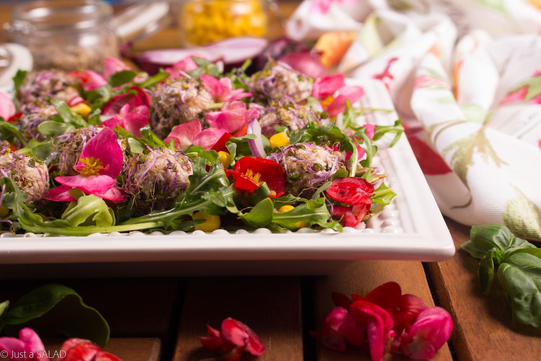 WIOSNA NA WIDELCU. Sałatka z tuńczykowymi kulami, papryką, kukurydzą, cebulą, pestkami słonecznika i kwiatami begonii.