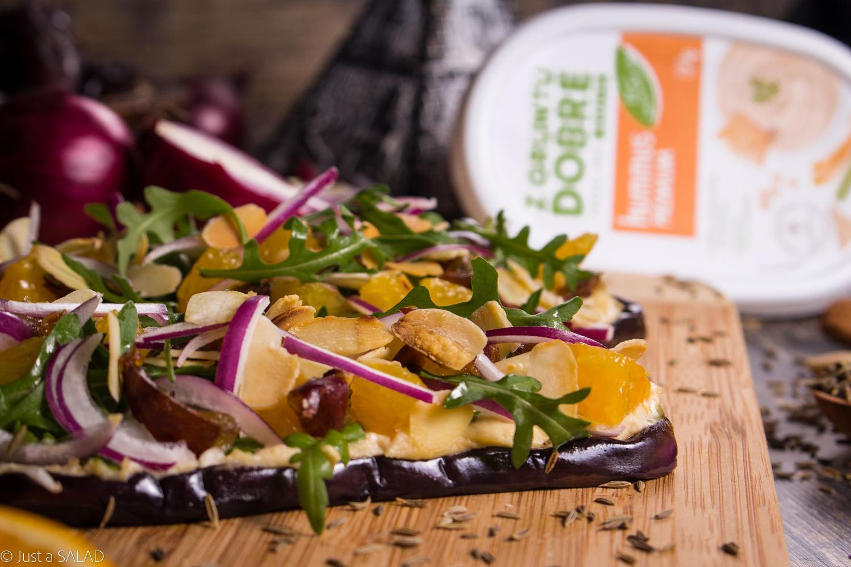 PRZYSMAK FARAONA. Sałatka na bakłażanie z hummusem, rukolą, pomarańczami, daktylami, cebulą i płatkami migdałowymi.