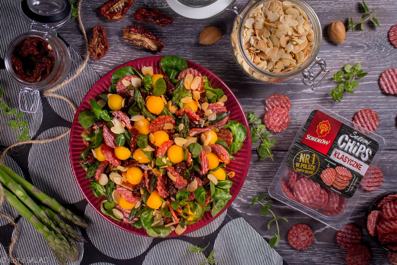 Niebanalna przekąska. Sałatka z salami, mango, suszonymi pomidorami, szparagami, płatkami migdałowymi i rospzonką.