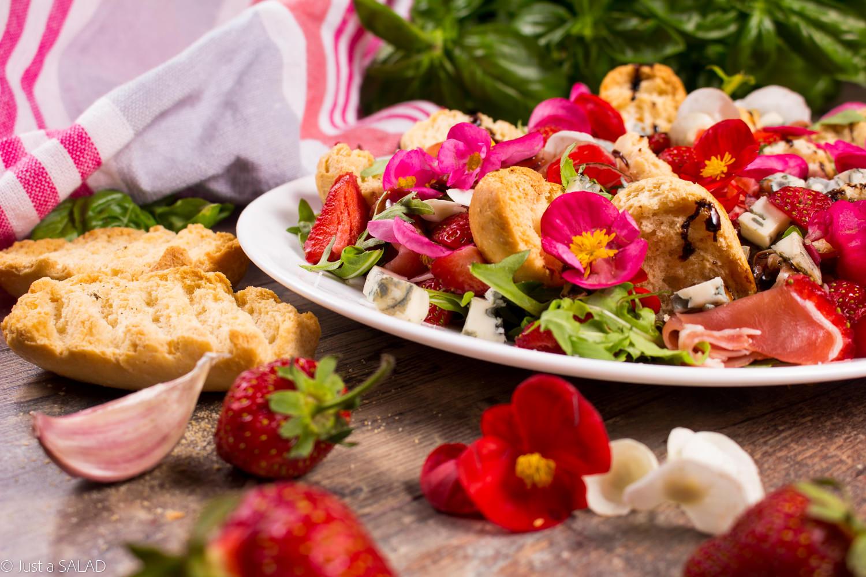 SKORPOR w begoniach. Sałatka z grzankami czosnkowymi, szynką dojrzewającą, truskawkami, serem z niebieską pleśnią i begoniami.