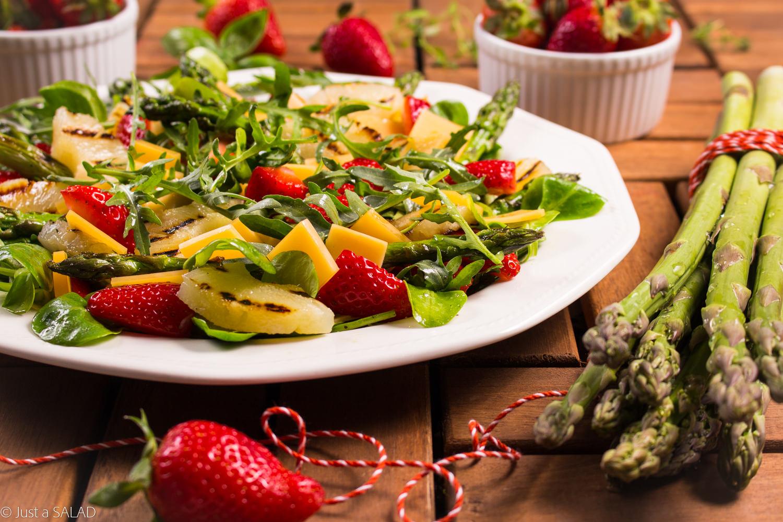 OPCJA NA GRILLA. Sałatka z grillowanym ananasem i szparagami, zółtym serem oraz truskawkami w ziołowym dressingu.