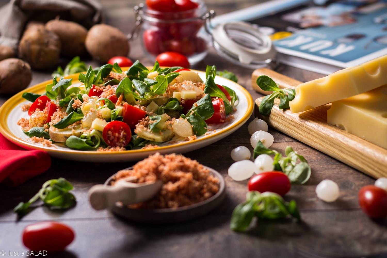 Z WIZYTĄ W ZURYCHU. Sałatka z roszponką, ziemniakami, pomidorkami, cebulkami, serem szwajcarskim i posypką z kabanosów.